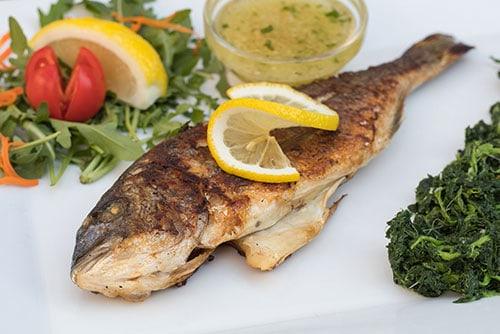 Več vrst rib na žaru